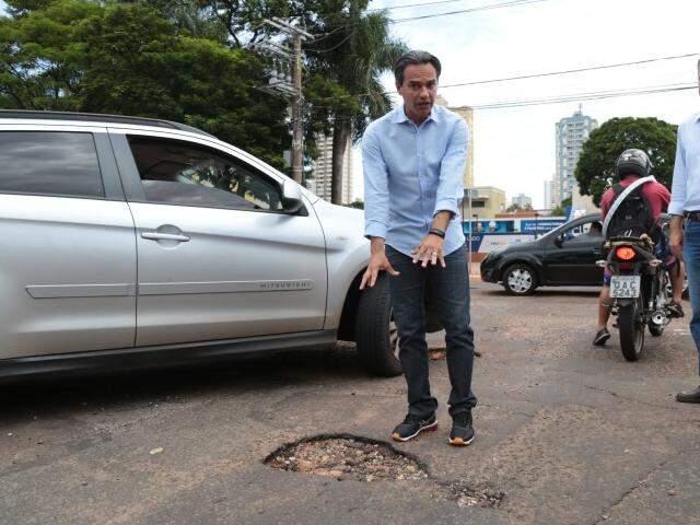 Prefeito fiscalizando taba buraco na Rua Bahia. (Foto: Fernando Antunes)