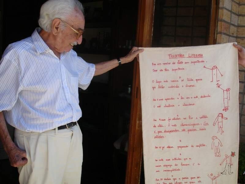 """À vontade em casa, Manoel até mostrou poesias """"costuradas"""". (Foto: Letz Spíndola)"""