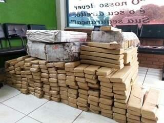 Ao todo são 449 tabletes de maconha, totalizando 590 quilos da droga.(Foto:Divulgação)