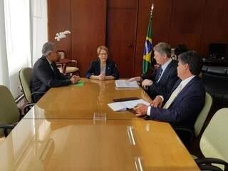 Governador Reinaldo Azambuja (à esquerda), com a ministra da Agricultura, Tereza Cristina, e o secretário de Meio Ambiente de MS, Jaime Verruck. (Foto: Divulgação/Governo do Estado).