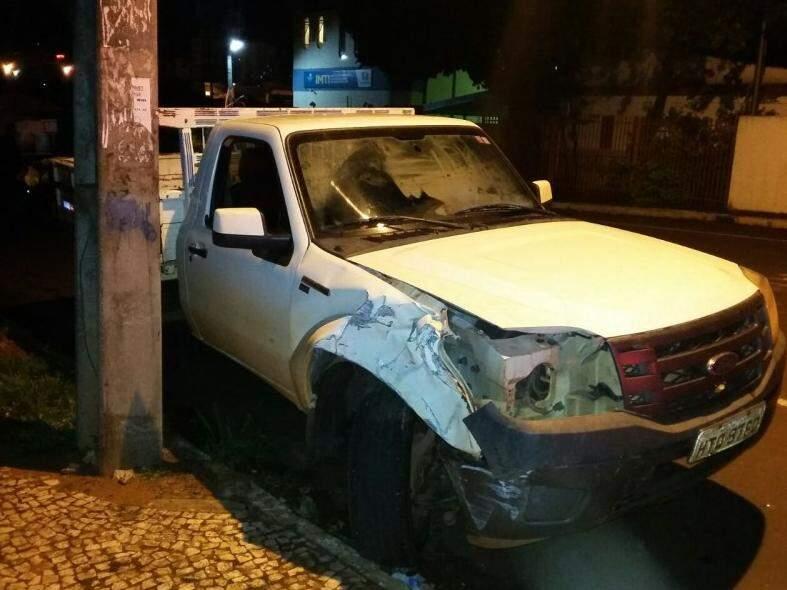 Na avenida Fábio Zahran, motorista bateu contra poste (Foto: Guarda Municipal/Divulgação)
