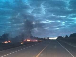 A fumaça de um incêndio, ocorrido no final da tarde de ontem às margens da BR-262, prejudicou a visibilidade de motoristas que passavam no local. (Foto: Direto das Ruas)