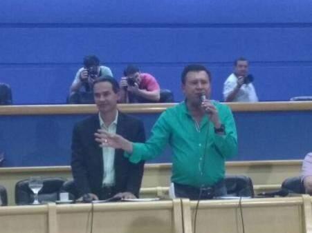 Prefeito (à esquerda) ao lado do vereador Valdir Gomes (Foto: Alberto Dias)