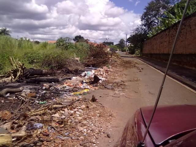 Rua foi tomada pelo lixo (Foto: Fernando Lima/Leitor)