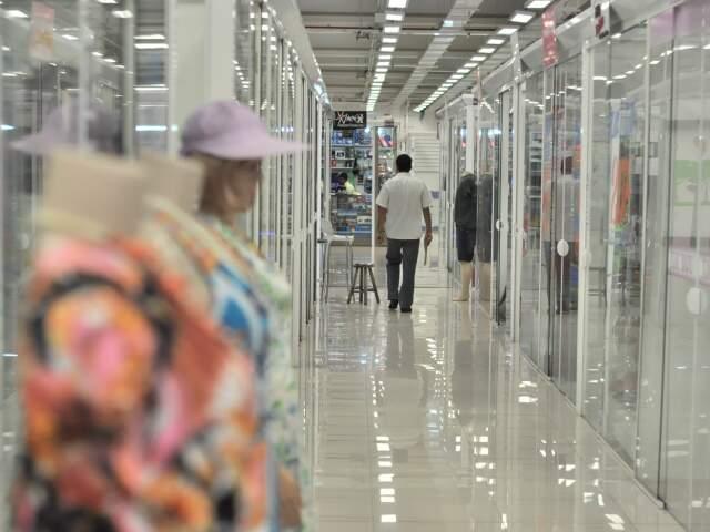 Só uma pessoa nos corredores do 26 de Agosto. (Fotos: Marlon Ganassin)