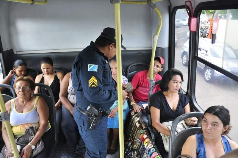 Pilotos de motos e motoristas em atitude suspeita são abordados nos bloqueios; e até usuários do transporte coletivo (Foto: João Garrigó)