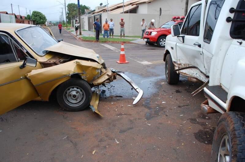 A frente do Corcel ficou danificada. (Foto: Simão Nogueira)