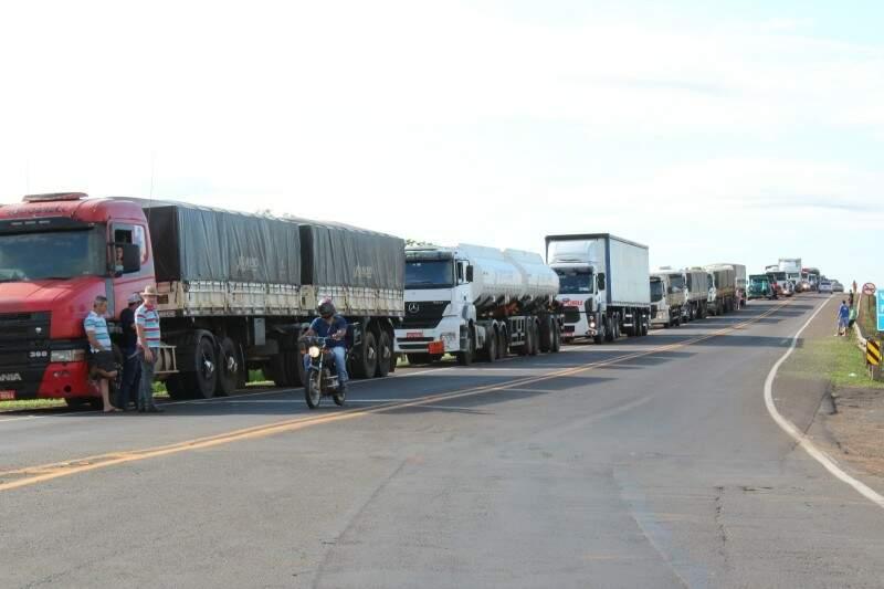Protesto formou filas de caminhões nesta manhã. (Foto: Direto das Ruas)