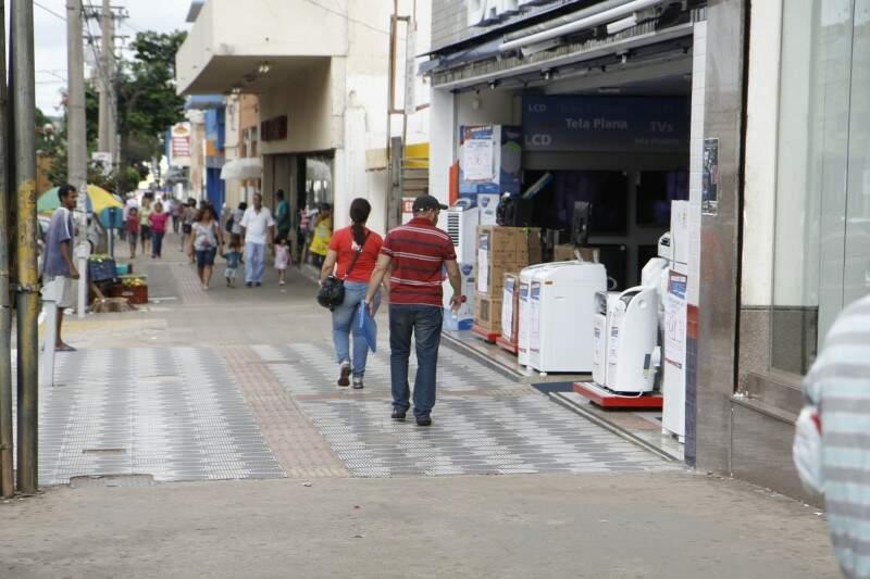 Comércio é tranquilo nas ruas do centro nesta sexta-feira (Foto: Cleber Gellio)