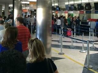 Filas para solução aos passageiros tomou saguão do aeroporto de Campo Grande (Foto: Direto das Ruas)