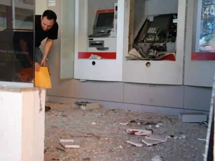 Bandidos explodem caixa eletrônico em centro comercial na Moreninha