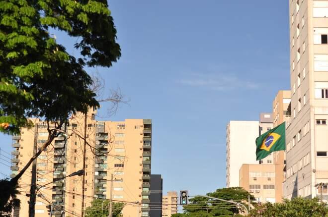 Céu em Campo Grande na manhã desta quinta-feira (Foto: Marlon Ganassin)