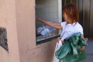 A professora Clarice diz que nem todos os moradores do seu condomínio tem a consciência da separação adequada de material. (Foto:Marcos Ermínio)
