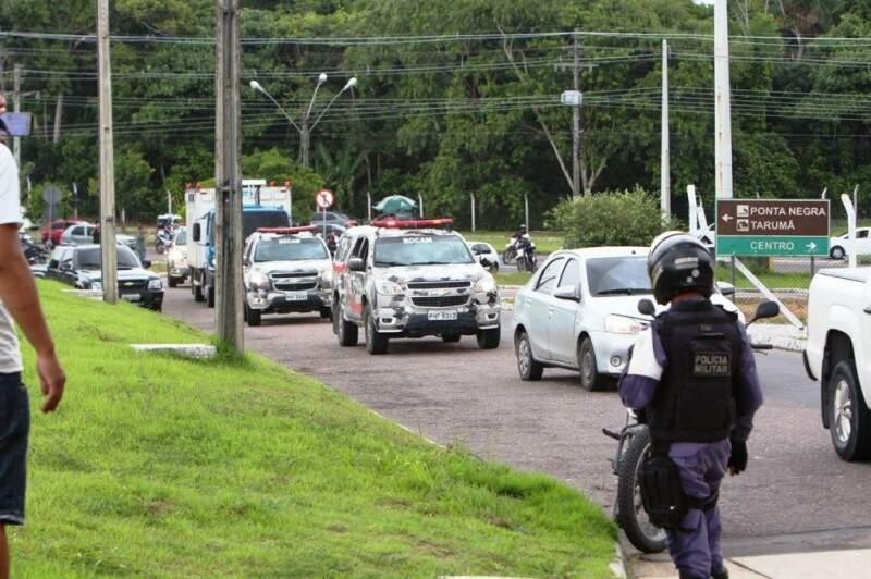 Presos chegaram ao aeroporto no início da tarde de hoje. (Foto: Sandro Pereira/ Portal D24 AM)