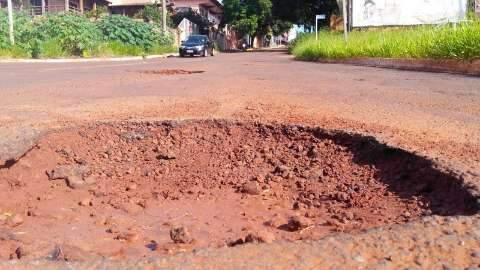 Em trecho de duas quadras, rua na região central tem 40 buracos