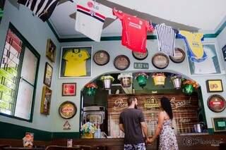 Ela é são paulina e ele, corintiano. Juntos, já assistiram a muitos jogos no bar. (Foto: Passion Fotografia)