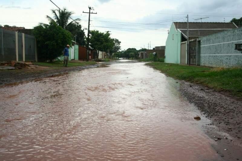 Rua sem pavimentação é tomada pela água e causa revolta de moradores (Foto: Marcos Ermínio)
