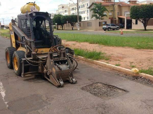 Nesta manhã serviço de tapa buraco foi realizado na Avenida Marquês de Bombal. (Foto: Richelieu de Carlo)