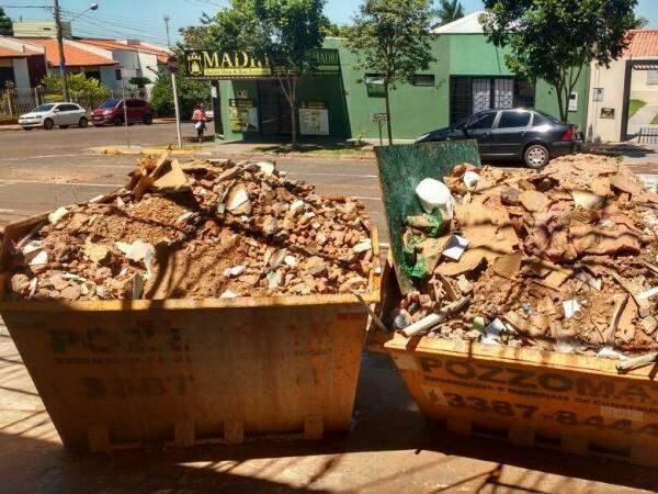 Caçambas lotadas no cruzamento das ruas José Antônio e Pernambuco. (Foto: Simão Nogueira)