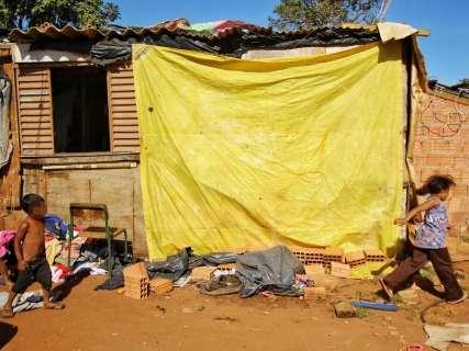 Na favela, moradores apelam à fogueira e lona para enfrentar o frio