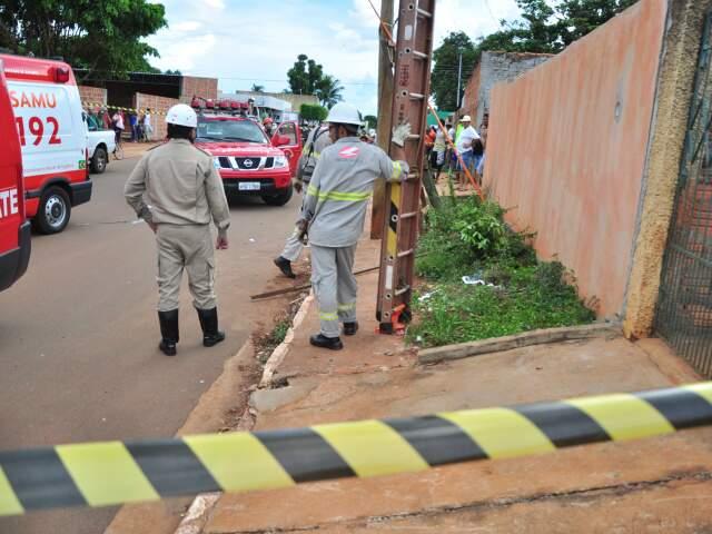 Homem caiu de uma altura de dois metros, segundo os bombeiros. (Foto: João Garrigó)