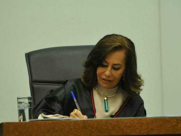 Tânia assinou termo de posse no início da noite desta segunda-feira (Foto: Alcides Neto)