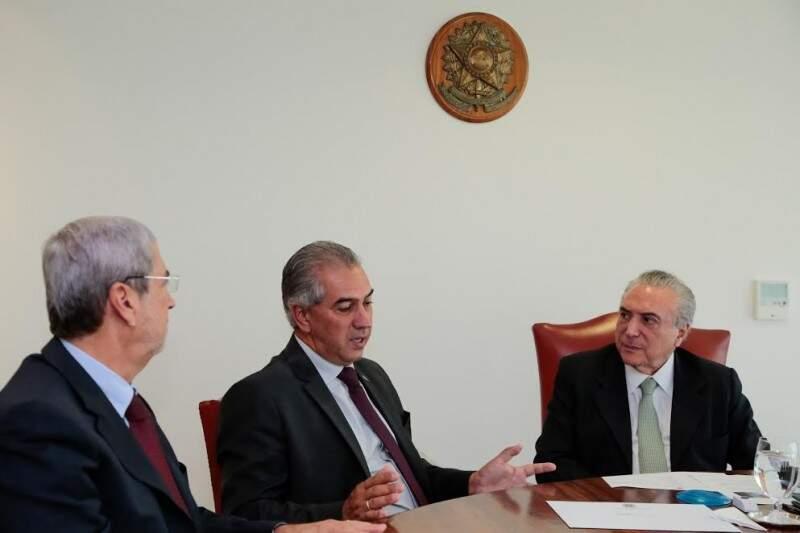 Imbassahy, Reinaldo e Temer em reunião sobre o gás natural nesta tarde, em Brasília (Foto: Foto: Marcos Corrêa/Presidência da República)