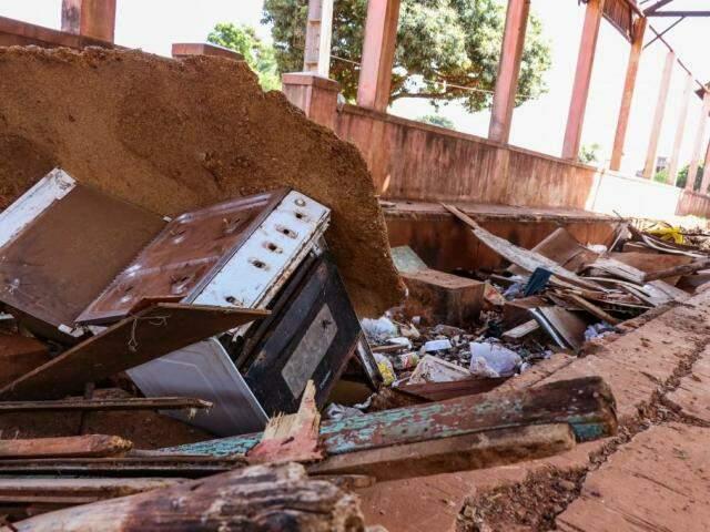Lixo toma conta de galpão perto de onde funcionava oficia da NOB. (Foto: Henrique Kawaminami)