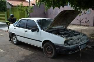 O carro pegou fogo duas vezes em um intervalo de 20 minutos (Foto: Pedro Peralta)