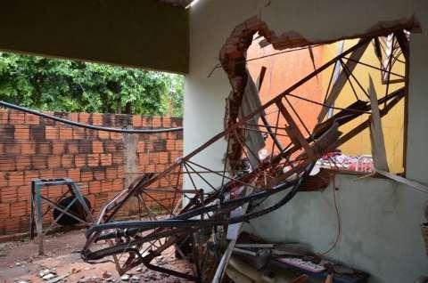 Temporal derruba árvores, antenas e deixa rastro de estragos em cidade