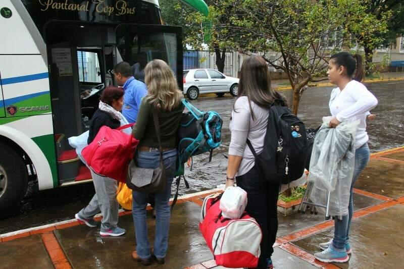 Grupo enfrentou a forte chuva que caiu em Campo Grande e saiu às 9 horas da manhã com destino à Assunção (Foto: Marcos Ermínio)