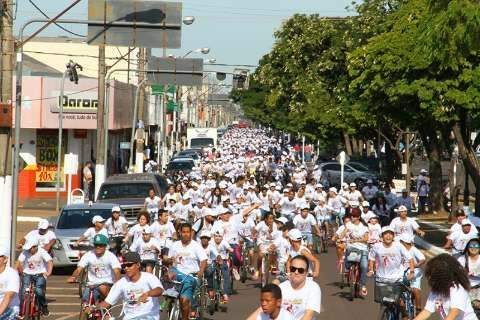 """Por trânsito mais seguro, """"Pedalada pela Vida"""" reúne dois mil ciclistas"""