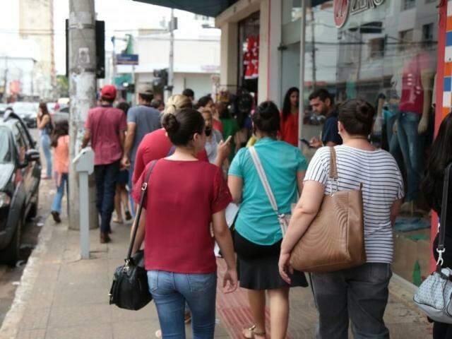 Movimentação de pessoas no centro de Campo Grande (Foto: Fernando Antunes)