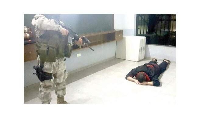 Policial aponta arma para segurança de Pavão antes da transferência (Foto: Última Hora)