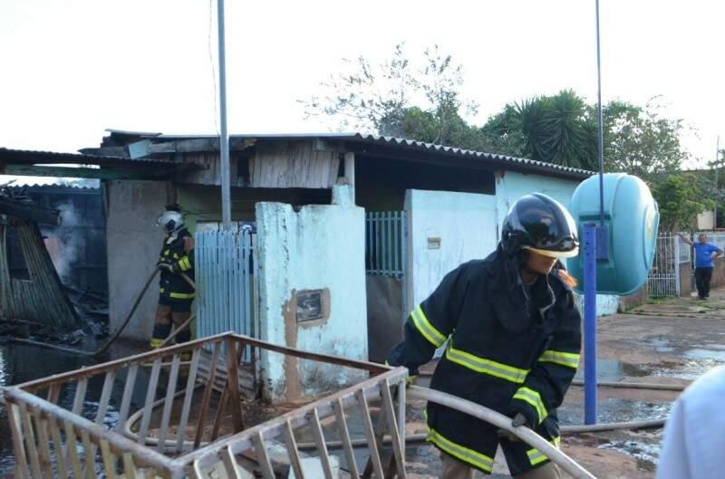 Bombeiros precisaram de dois mil litros de água para conter incêndio (Foto: Vanessa Tamires)
