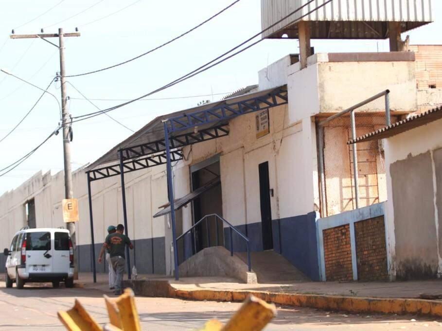 Movimento é normal em frente ao Centro de Triagem Anísio Lima nesta manhã; mais cedo advogado esteve no local (Foto: Saul Schramm)