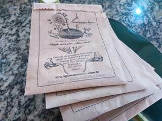 Sementes são distribuídas pelo hotel em pacotinhos com informações sobre o plantio. (Foto: Willian Yudi)