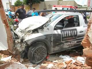 Saveiro foi parar a cerca de 15 metros do ponto de colisão, invadiu calçada e derrubou parte do muro de uma residência. (Foto: Elverson Cardozo)