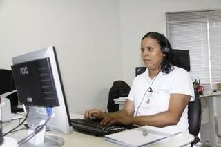Áurea executa funções de escritório, tudo com um software adaptado para cegos (Foto: Cleber Gellio)