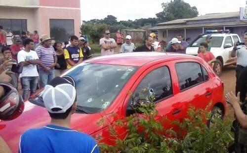 Carro crivado de balas em Paranhos (Foto: Direto das Ruas)