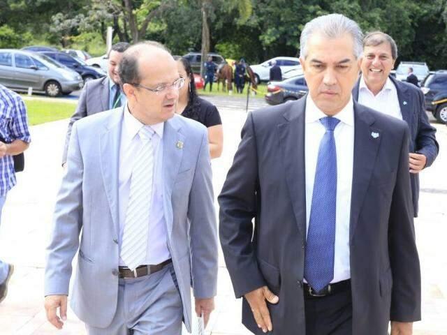 À direita, o governador do Estado, Reinaldo Azambuja (PSDB), com o secretário de Segurança, José Carlos Barbosa. (Foto: João Garrigó/Assessoria Sejusp)