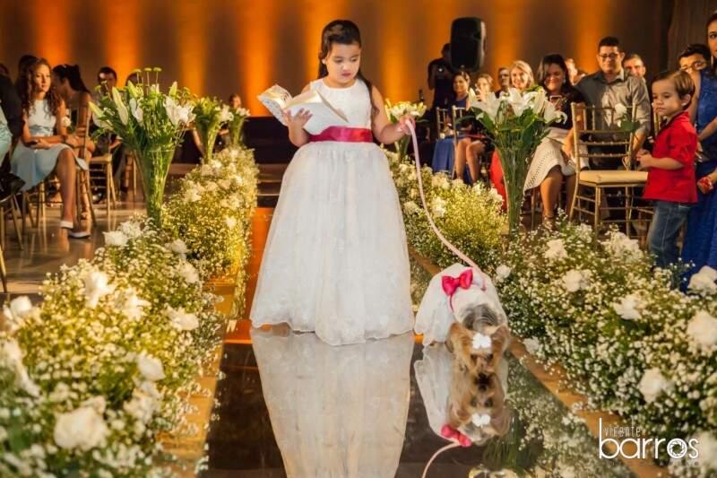 Laila entrando na cerimônia ao lado da sobrinha de Vanessa. (Foto: Vicente Barros)
