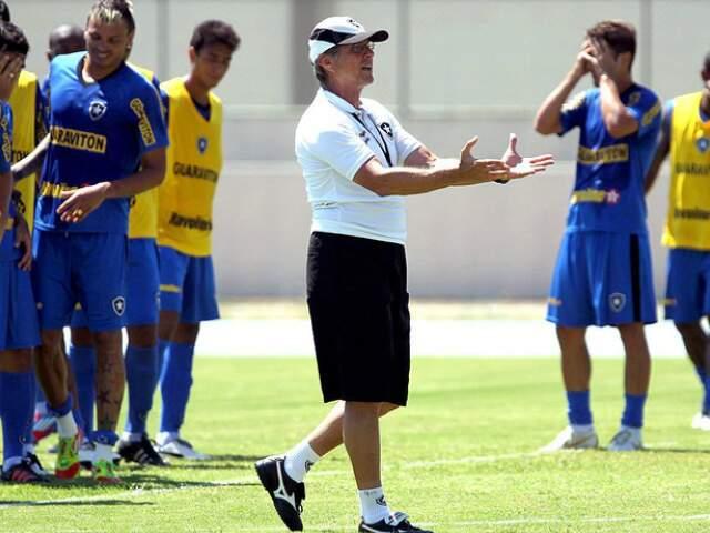 Alvinegro carioca, comandado pelo técnico Oswaldo de Oliveira, terá alterações no ataque na partida de hoje. (Foto: Agência O Globo)