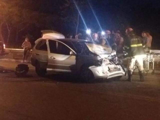 Na imagem, é possível ver a equipe de resgate trabalhando para retirar as vítimas do carro e também, atrás do veículo, no chão, a cadeirinha onde estava a criança (Foto: Direto das Ruas)