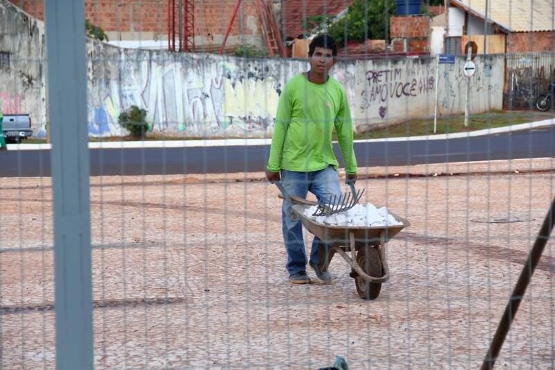 Trabalhadores continuam trabalhando na 2ª fase da Orla Morena (Foto: Marcos Ermínio)