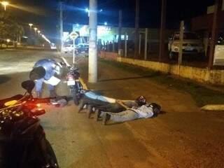Policiais militares logo após a abordagem da dupla na avenida. (Foto: Divulgação)