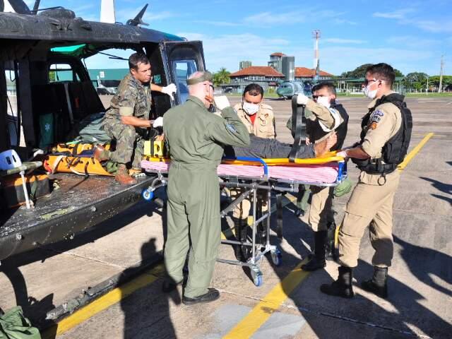 Idosa chegou esta tarde na Base Aérea de Campo Grande. (Foto: João Garrigó)