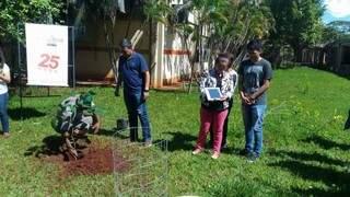 Plantação da muda de ipê hoje, na UFMS, feita por amigos e familiares de Michel. (Foto: Raquel de Souza)