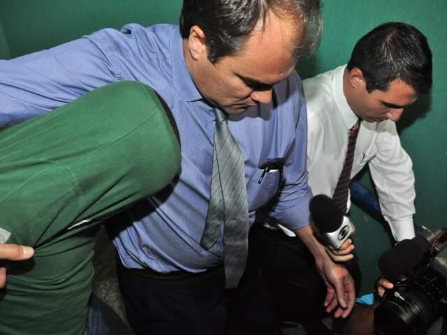 Cristhiano Luna, com a cabeça encoberta pela camisa,é acusado de homicídio doloso duplamente qualificado. (Foto: João Garrigó)