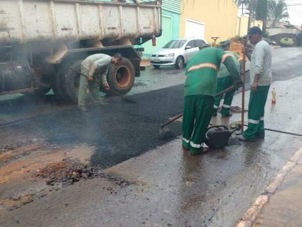 Homens trabalham mesmo com chuva na rua Sergipe (Foto: Amanda Bogo)